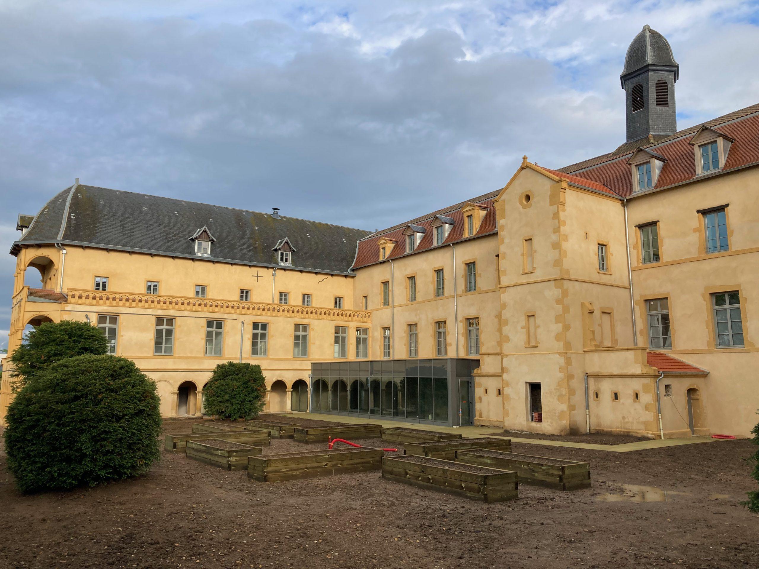 Photo de la Cour Basse et de son potager - travaux en cours
